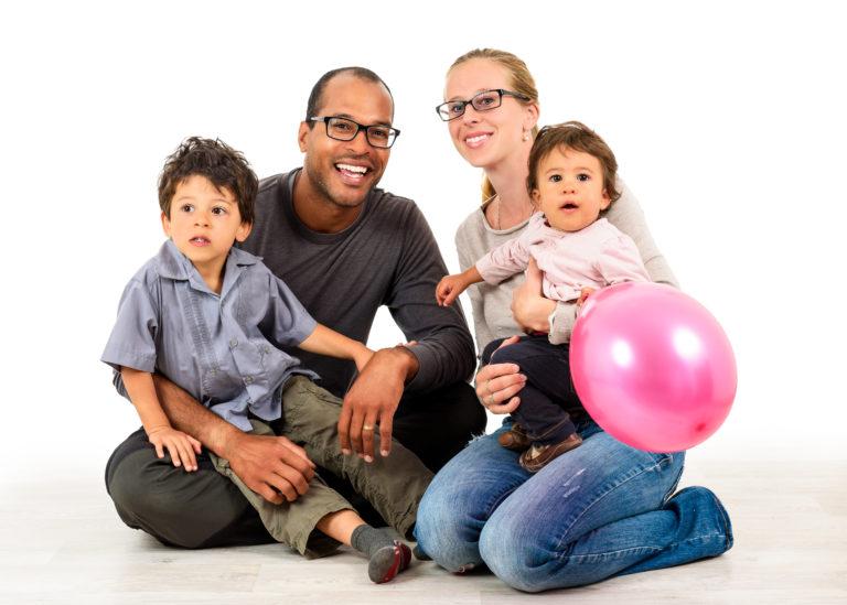 Junge Familie mit 2 Kindern